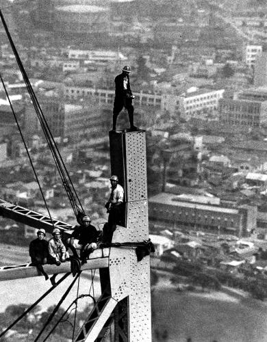 建設中の東京タワーでくつろぐ作業員